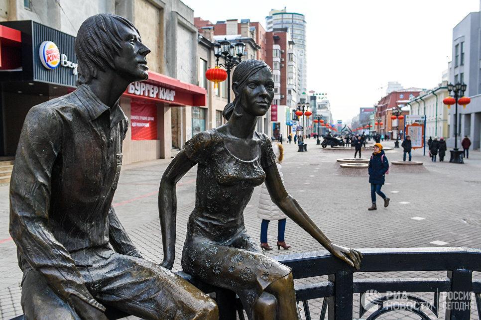 Скульптура Влюбленные на улице Вайнера в Екатеринбурге