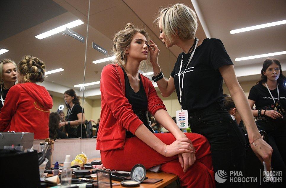 Одна из финалисток конкурса Мисс Россия-2018 в гримерной перед началом конкурса в концертном зале Барвиха. 15 апреля 2018