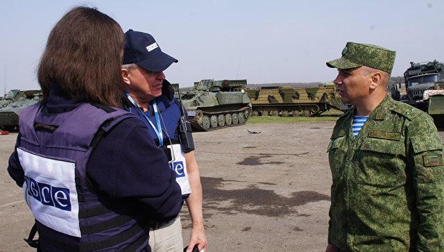 Наблюдатели ОБСЕ на месте обстрелянного со стороны ВСУ места стоянки техники ЛНР. Архивное фото