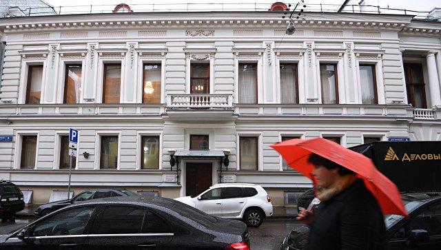 Прохожий у особняка Зиминых в Дегтярном переулке в Москве. архивное фото