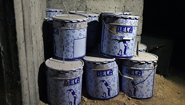 Емкости в химической лаборатории боевиков по изготовлению отравляющих веществ. Архивное фото