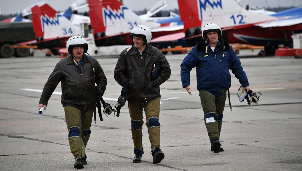 Авиационная группа высшего пилотажа Русские Витязи после репетиции воздушной части Парада Победы.