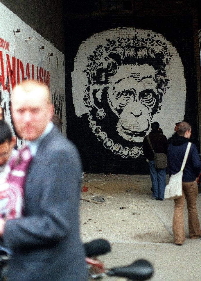 Королева Великобритании Елизавета II в образе обезьяны