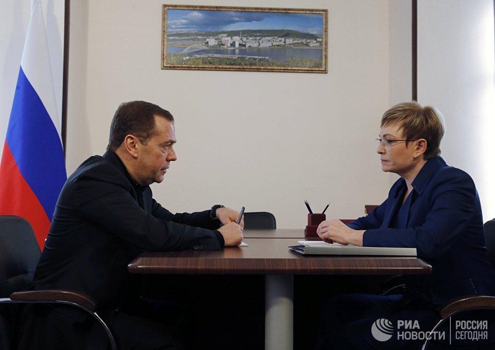Председатель правительства РФ Дмитрий Медведев и  губернатор Мурманской области Марина Ковтун во время встречи. 20 апреля 2018