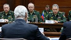 Министр обороны РФ Сергей Шойгу и специальный посланник генерального секретаря ООН по Сирии Стаффан де Мистура во время встречи. 20 апреля 2018