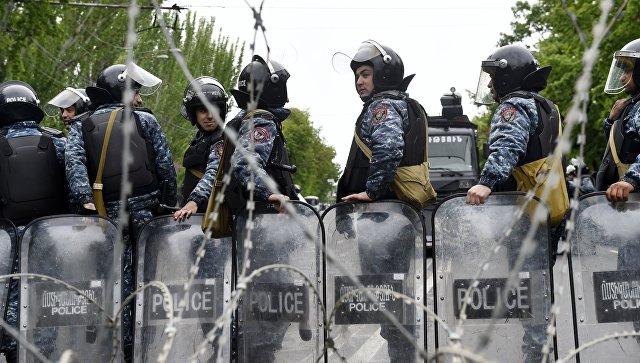Сотрудники правоохранительных органов на улице Еревана. 21 апреля 2018