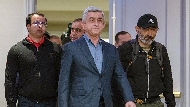 Премьер-министр Серж Саргсян и лидер протестного движения Мой шаг Никол Пашинян во время встречи в гостинице Marriott Armenia на площади Республики в Ереване. 22 апреля 2018