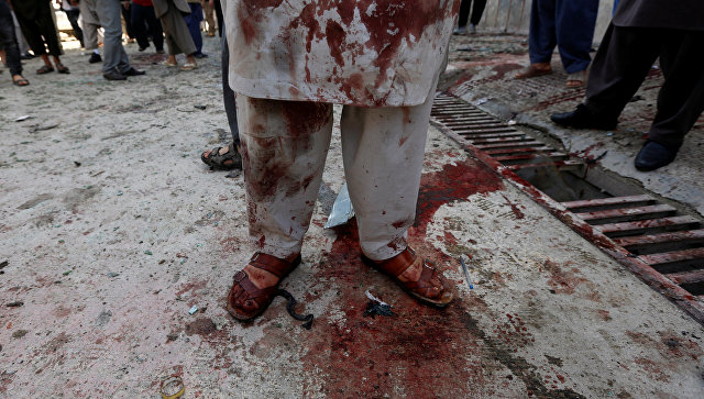 Человек, запятнанный кровью, на месте теракта, совершенного самоубийцей, в Кабуле, Афганистан. 22 апреля 2018