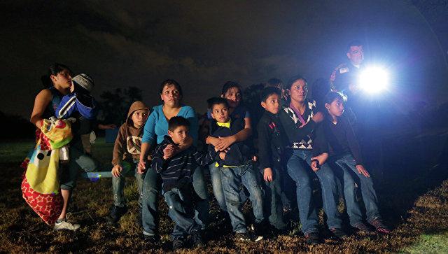 Нелегальные мигранты из Латинской Америки, задержанные при незаконном пересечении мексиканской границы в США. Архивное фото