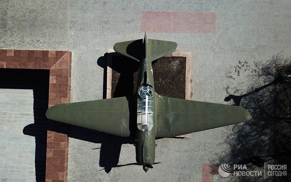 Памятник самолету СУ-2 на территории музея-заповедника Сталинградская битва в Волгограде