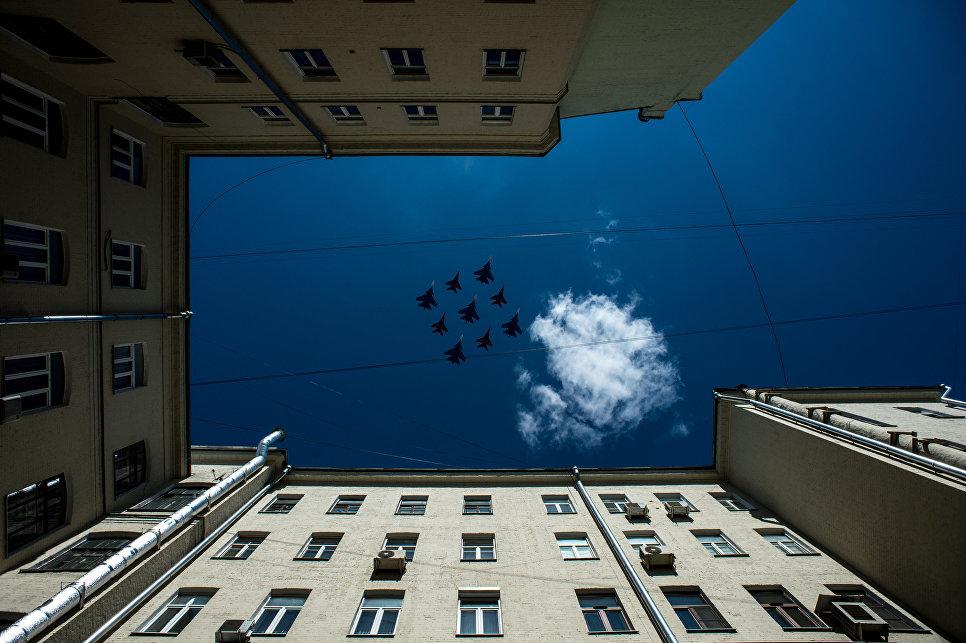 Многоцелевые истребители Су-30СМ пилотажной группы Русские Витязи и МиГ-29 пилотажной группы Стрижи на генеральной репетиции военного парада в Москве, 7 мая 2017
