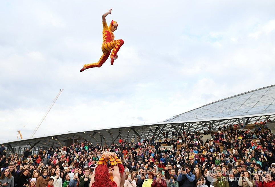 Артисты Cirque du Soleil выступают на открытии летнего сезона в парке Зарядье в Москве
