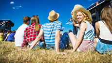 Подростки на летнем фестивале