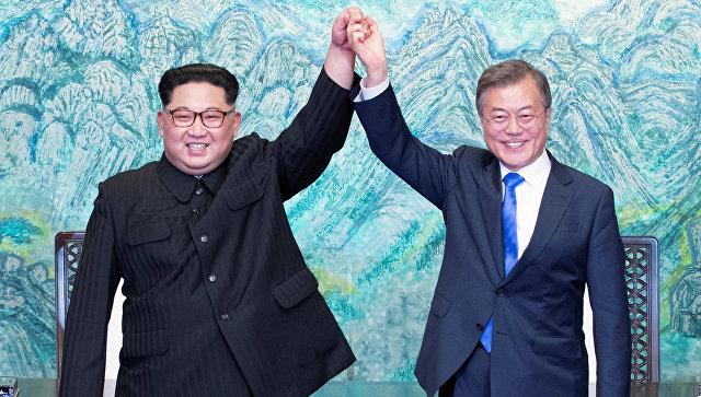 Лидер Северной Кореи Ким Чен Ын и президент Южной Кореи Мун Чжэ Ин во время встречи. архивное фото