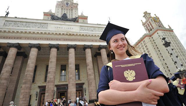 Выпускница с дипломом. Архивное фото