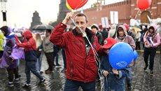 Участники первомайской демонстрации на Красной площади в Москве. 1 мая 2018
