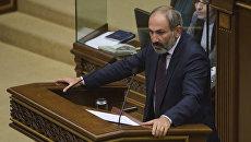 Кандидат в премьер-министры Армении Никол Пашинян выступает на внеочередной сессии парламента в Ереване. 1 мая 2018