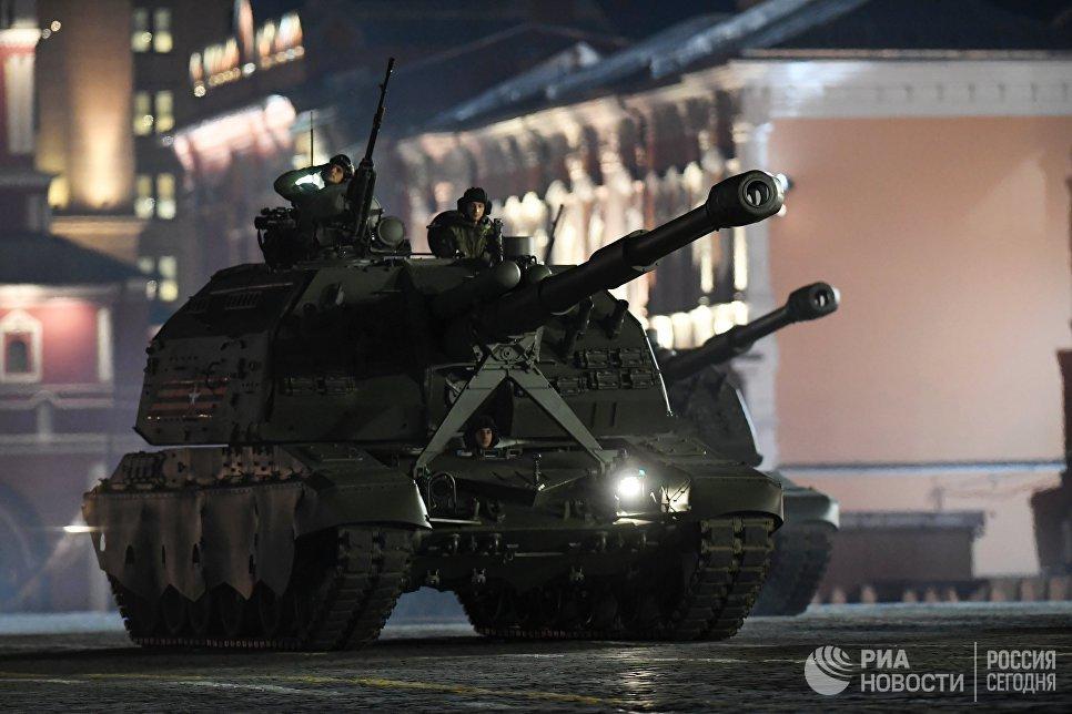Самоходная артиллерийская установка Мста-С на репетиции военного парада на Красной площади, посвященного 73-й годовщине Победы в Великой Отечественной войне