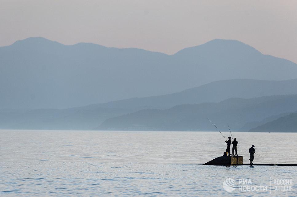 Морская рыбалка в поселке Рыбачье в Крыму