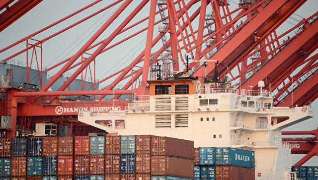 Грузовые контейнеры в порту Лос-Анджелеса