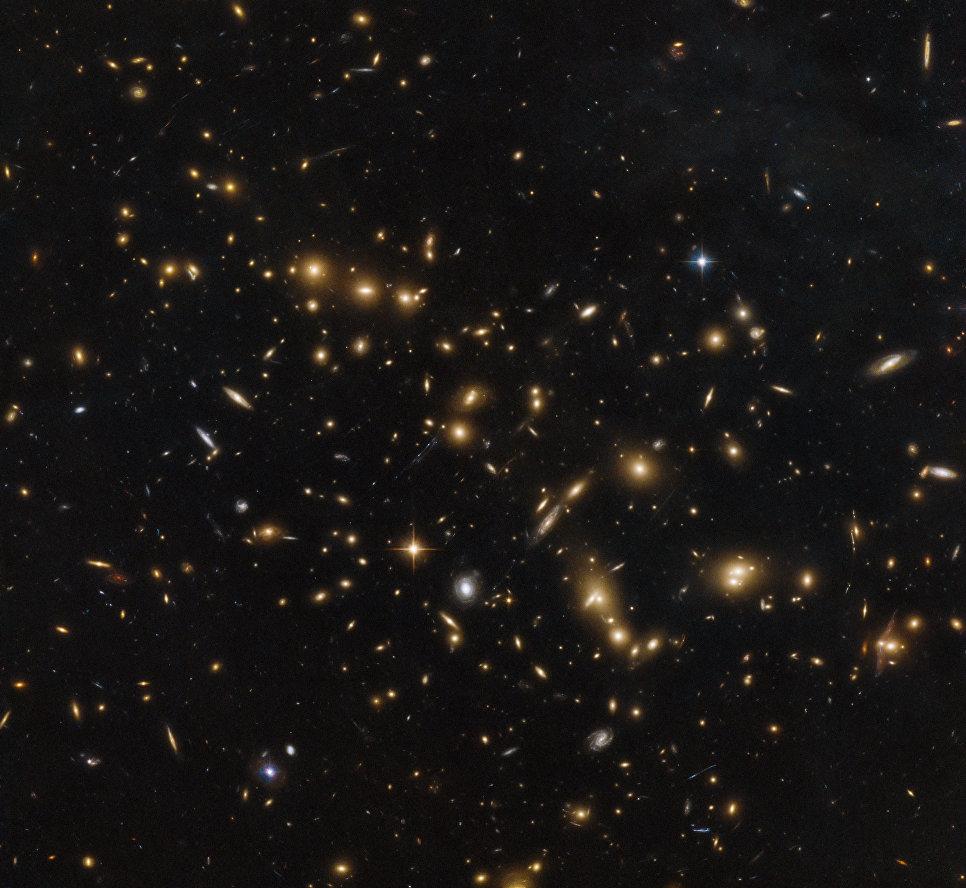 Древнее скопление галактик RXC J0032.1+1808 в созвездии Рыб