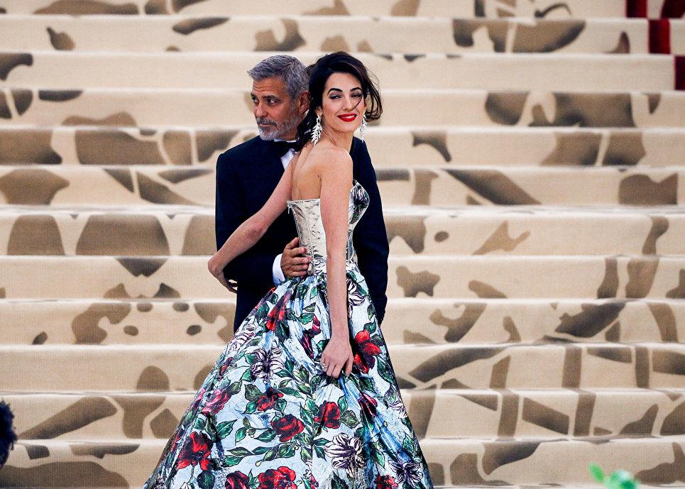Джордж Клуни с супругой Амаль на балу Института костюма Met Gala в Нью-Йорке