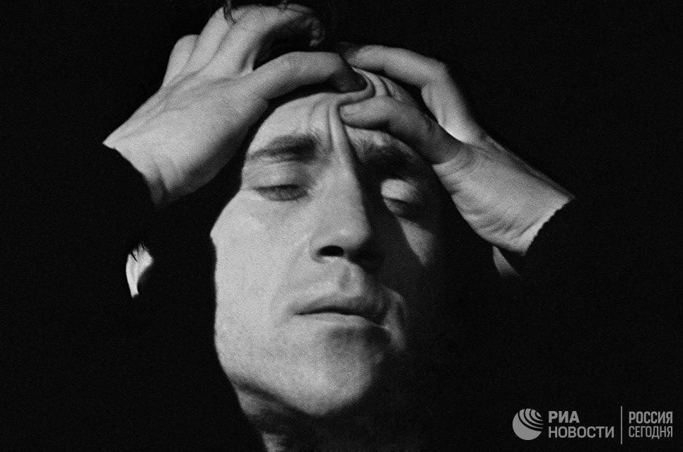 Артист Театра на Таганке Владимир Высоцкий (1938-1980) в роли Гамлета в спектакле английского драматурга Уильяма Шекспира
