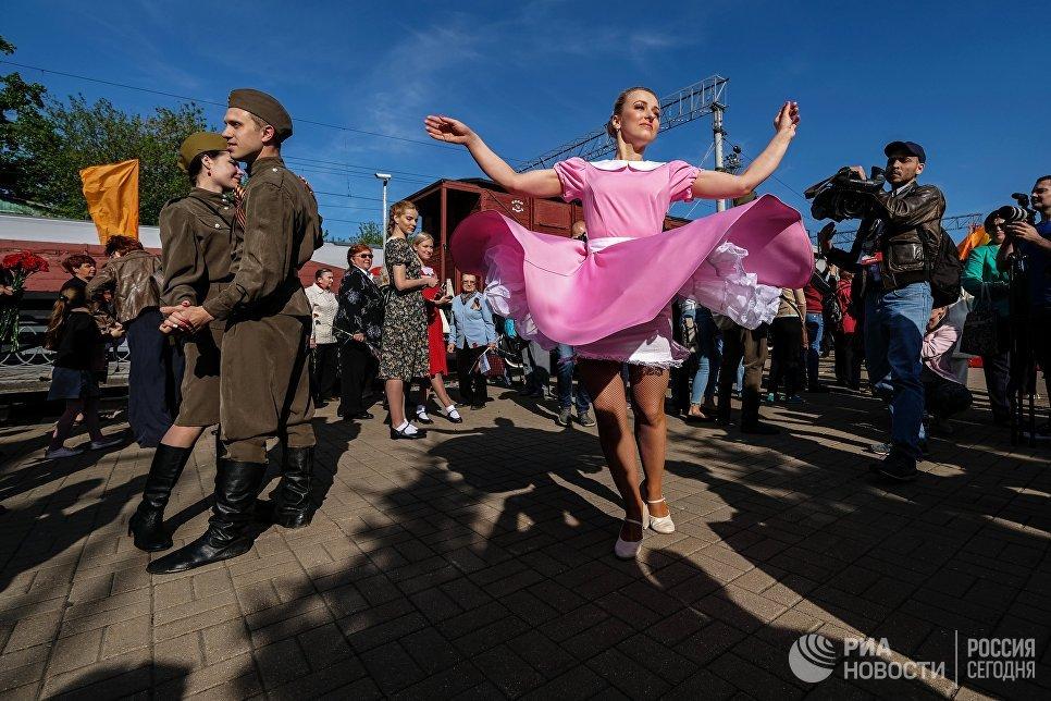 Участники акции Поезд Победы на Рижском вокзале в Москве. 9 мая 2018