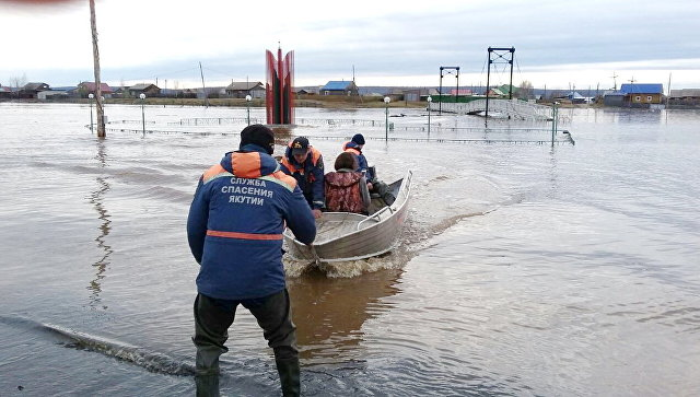 Сотрудники МЧС во время помощи пострадавщим в результате паводка в Якутии