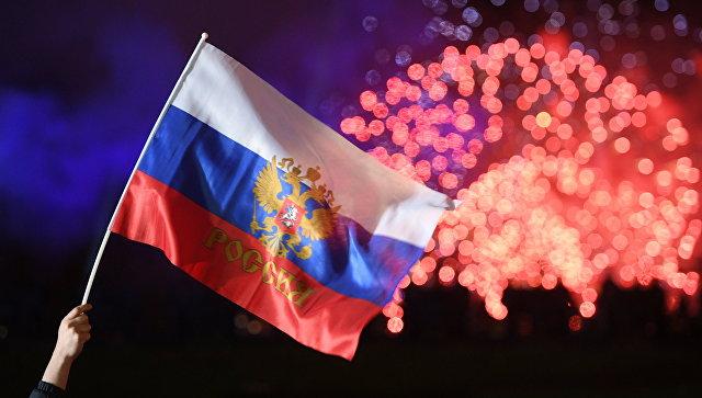 Российский флаг на фоне салюта. Архивное фото