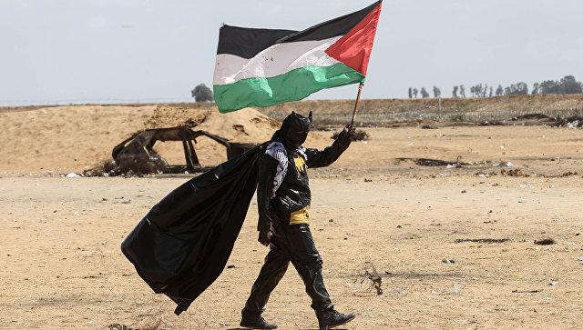 Палестинский протестующий, одетый в костюм Бэтмена, на границе между сектором Газа и Израилем. Архивное фото
