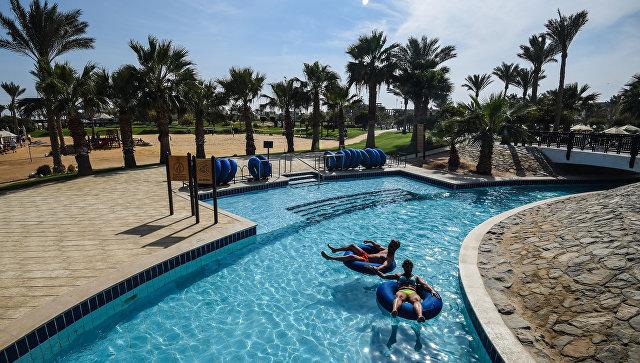 Туристы в бассейне в одном из отелей курорта Хургада в Египте. 19 февраля 2018 года