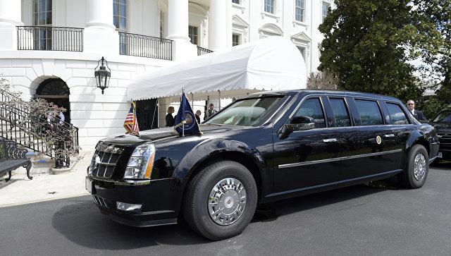 Лимузин Cadillac президента США Дональда Трампа у здания Белого дома в Вашингтоне