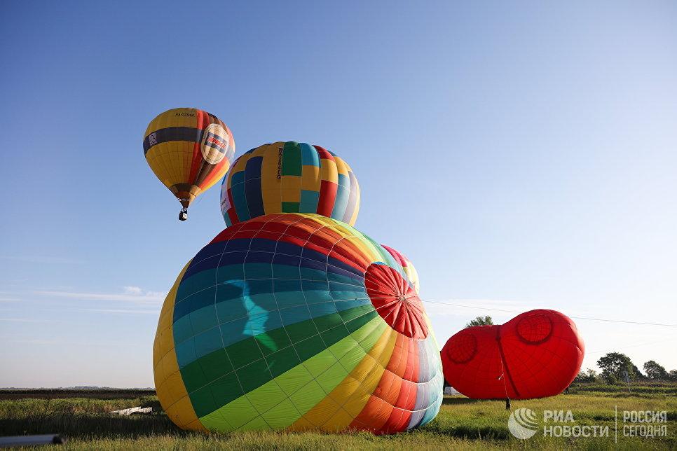 Подготовка воздушных шаров к полету на фестивале воздухоплавания Абинская Ривьера в Абинском районе Краснодарского края