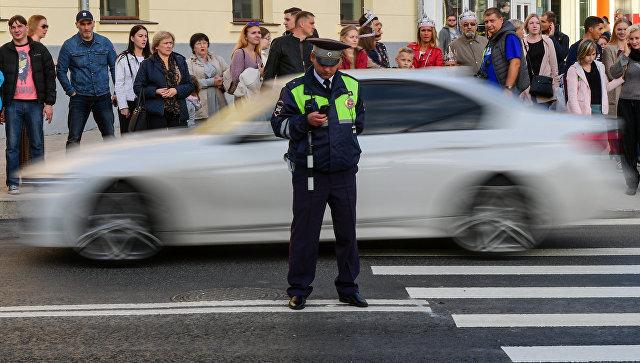Автоинспектор ГИБДД на одной из улиц в Москве. Архивное фото