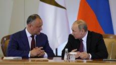 Президент РФ Владимир Путин и президент Молдавии Игорь Додон во время встречи. Архивное фото