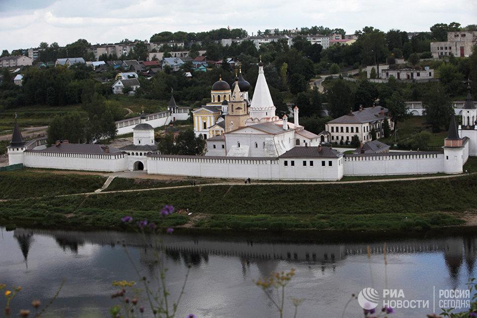 Вид на Старицкий Свято-Успенский мужской монастырь со стороны реки Волги