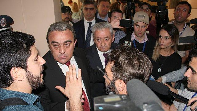 Вице-мэр Еревана Давид Оганян общается с демонстрантами, требующими отставки мэра Еревана Тарона Маргаряна, в здании городской администрации. 16 мая 2018