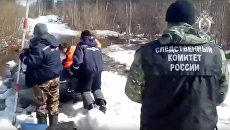 Сотрудники МЧС и следственного комитета на месте, где утонул тягач ГАЗ-71 в Коми. 16 мая 2018