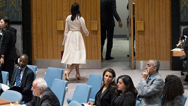 Постпред США при ООН Никки Хейли уходит с заседания Совета Безопасности ООН в Нью-Йорке