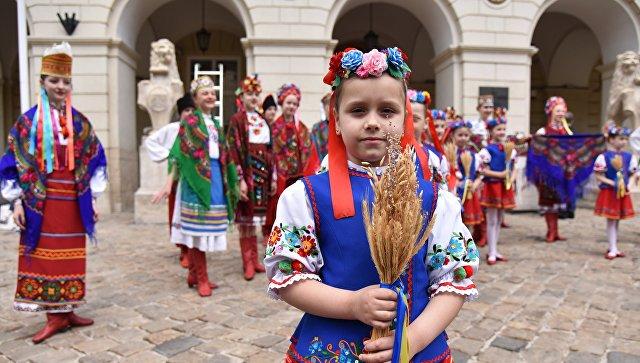 Дети выступают на празднике в День вышиванки во Львове. Архивное фото
