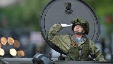 Военнослужащая во время военного парада в Севастополе