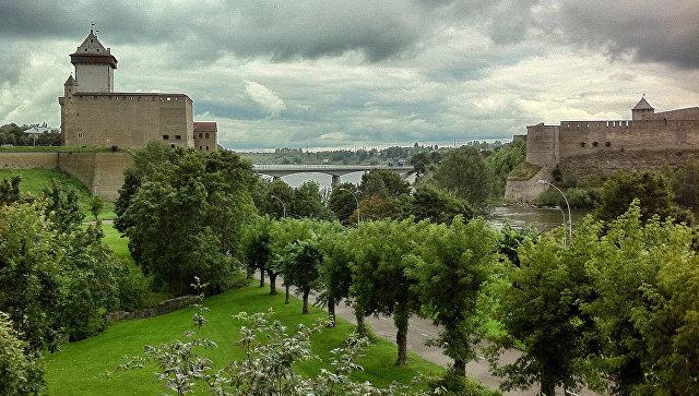 Замок Германа Нарвы (Эстония) и Ивангородская крепость (Россия) на берегах реки Нарва. Архивное фото