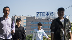Лого компании ZTE на здании в городе Шанхай, Китай