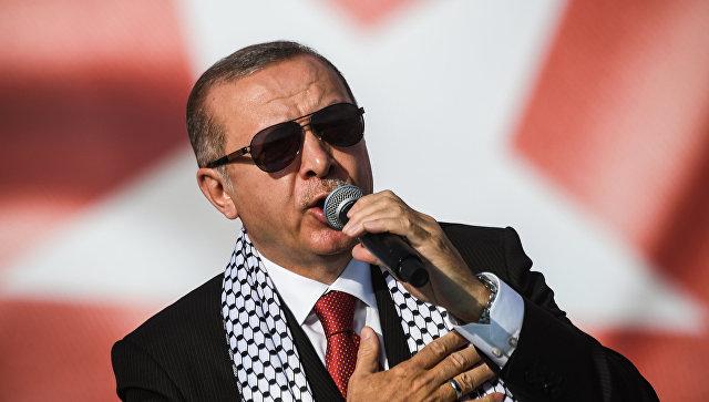 Президент Турции Реджеп Тайип Эрдоган выступает на митинге Стамбуле в связи с убийством палестинских демонстрантов на границе с Газой и Израилем. 18 мая 2018