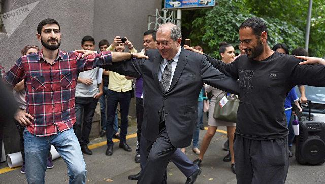 Глава армянского государства встретился с активистами, протестующими против эксплуатации золотоносного месторождения на юге страны, и станцевал с ними. 23 мая 2018
