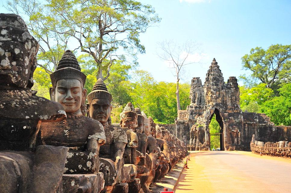 Каменные ворота Ангкор-Тхом в Камбодже