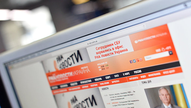 Сайт РИА Новости Украина на мониторе. Архивное фото