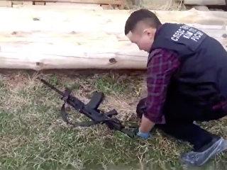 Осмотр оружия на месте убийства 5 человек в Якутии. Архивное фото