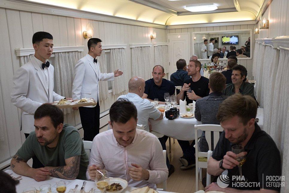 Журналисты в вагоне-ресторане поезда, на котором они выехали на закрытие полигона Пхунгери